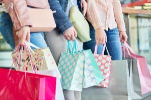 Drei Frauen mit vielen Einkaufstten
